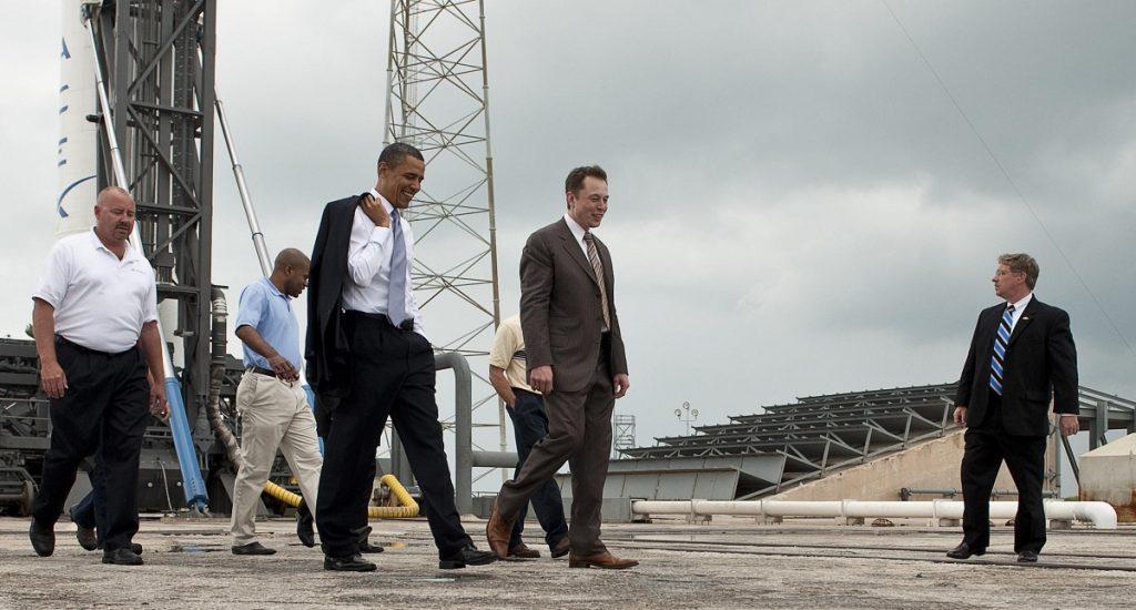 Elon Muski i Barack Obama na stanowisku startowym rakiety Falcon 9. Źródło: wikipedia.org