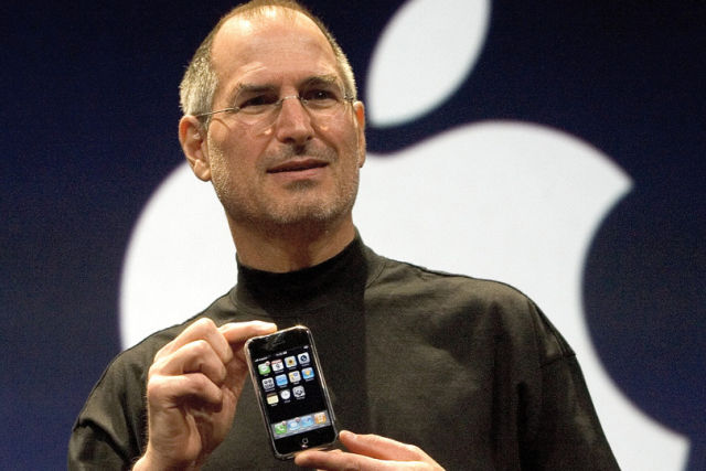 Steve Jobs prezentuje pierwszego iPhone'a w San Francisco w 2007 roku