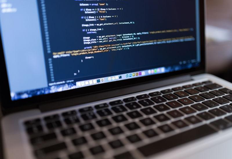 Polacy coraz chętniej uczą się programowania. Chcą dzięki temu poprawić swój standard życia.