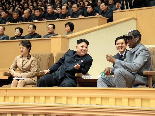 Dennis Rodman i Kim Dzong Un na trybunie honorowej.