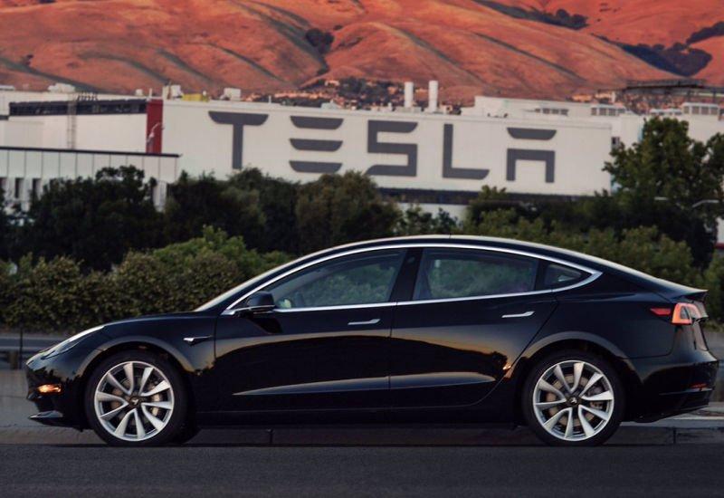 Pierwsza Tesla Model 3 wyjechała z fabryki.