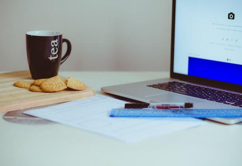 Korzystanie z technologii w życiu osobistym wpływa na zachowanie ludzi w pracy.