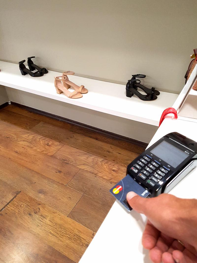 Płatności biometryczną kartą Mastercard w fizycznym sklepie.