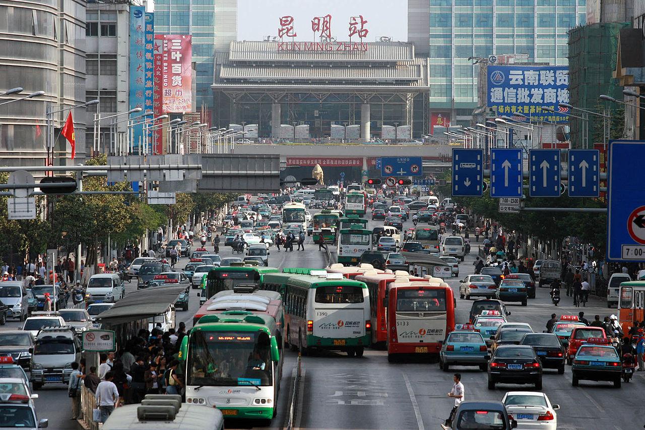 Ruch uliczny w Chinach. Samochody spalinowe