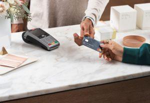 Polacy chcą płacić kartą, ale nie mogą