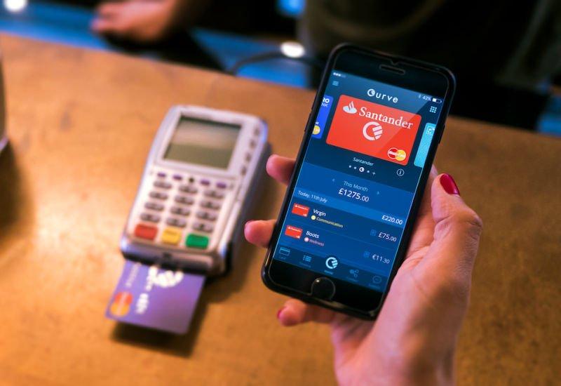 Curve to aplikacja, która pozwala na połączenie kilku kart płatniczych w jedną.