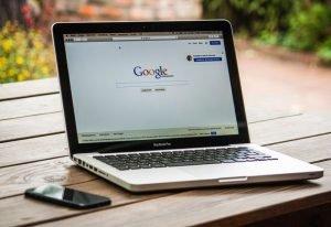 Google wprowadza nową aplikację Bulletin i zmienia politykę względem reklam przypominających.