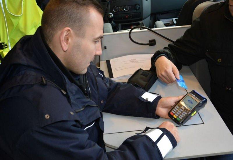 Opolska drogówka została wyposażona w 15 terminali. Docelowo wszyscy policjanci w Polsce mają dostać takie urządzenia.