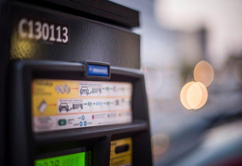 Zgodnie z danymi ZDM Polacy coraz częściej za parkowanie płacą kartą i mobilnie.
