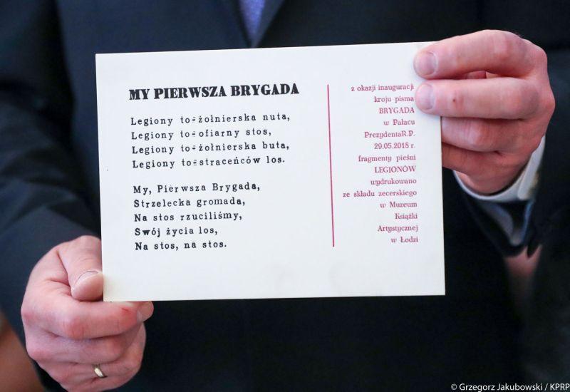 Czcionka Brygada 1918 prezydent Andrzej Duda. Źródło: Kancelaria Prezydenta RP