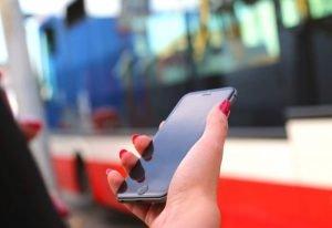Co trzeci Polak korzysta z bankowości mobilnej w telefonie