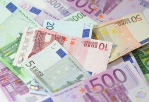 Polacy są coraz bogatsi. Ich poziom oszczędności rośnie. Czy warto oszczędzać w obcej walucie?