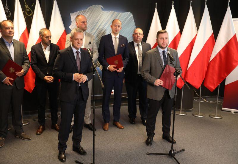Minister Cyfryzacji prześwietla Facebooka. Wykradziono dane 90 tys. Polaków