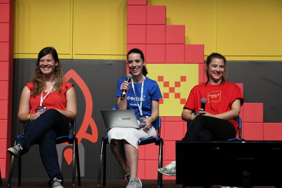 Karolina-z-prawej-podczas-panelu-dyskusyjnego-na-Pixels-Camp