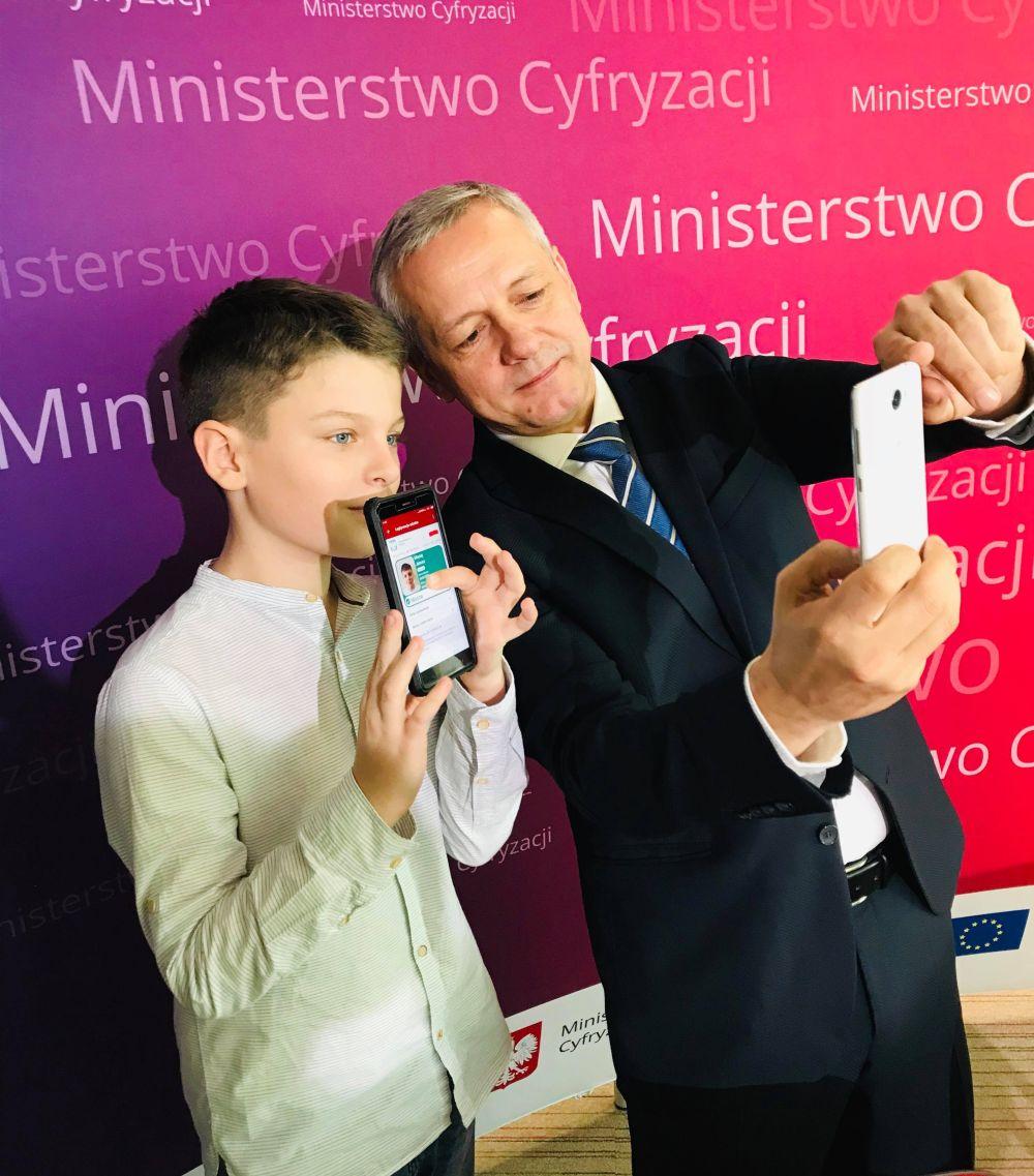 Minister-Marek-Zagórski-razem-z-uczniem-korzystającym-z-mLegitymacji