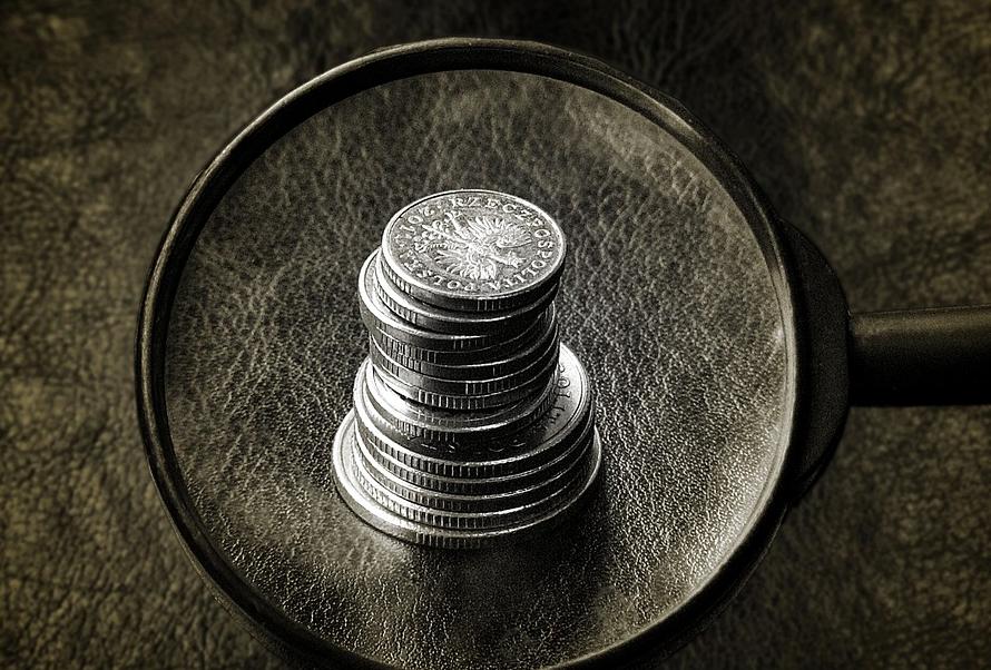 Pani w kolejce płaci gotówką. Jak przekonać ludzi do płatności bezgotówkowych?