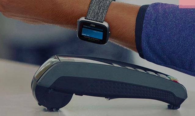Fitbit Pay - jak płacić zegarkiem?