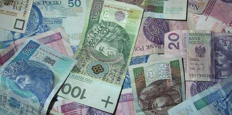 Polacy odzwyczajają się od gotówki. Płatności za pobraniem w odwrocie